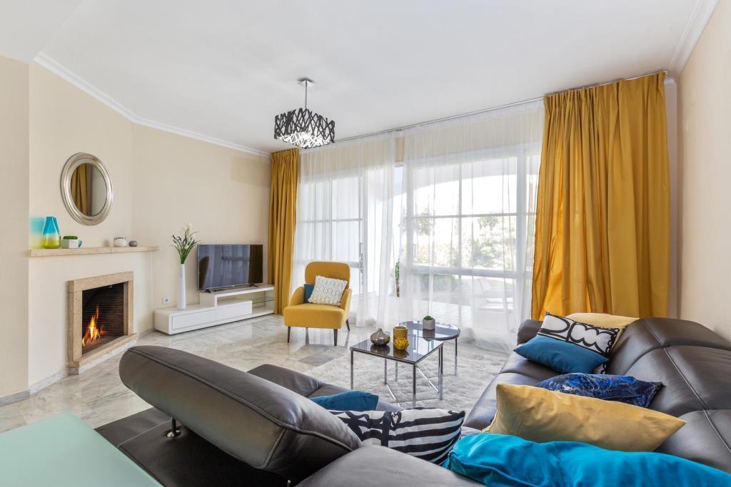 """Дизайн интерьера таунхауса в г. Марбелья, в современном стиле выполнен нашей студией дизайна """"Tania Marbella Interior Design"""". Гостиная с камином."""
